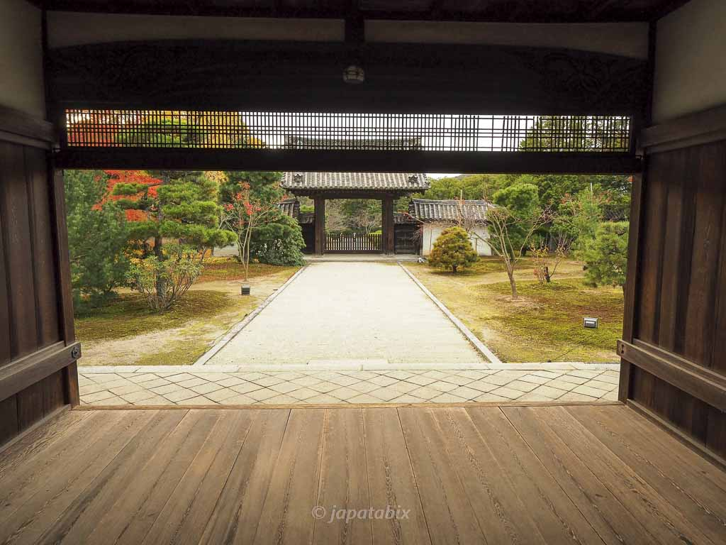 京都 随心院 書院の表玄関から見る薬医門