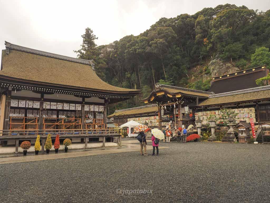 京都 松尾大社の拝殿と中門・本殿